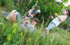 Učili jsme se poznávat i trávy – oblíbenou metodou bylo lechtat kamarády daným druhem trávy a opakovat stále její jméno, aby si je opravdu zapamatovali.