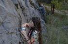 Hledání plžů žijících na skalních stěnách.