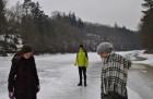 Zamrzlá řeka vybízí k zamyšlení.